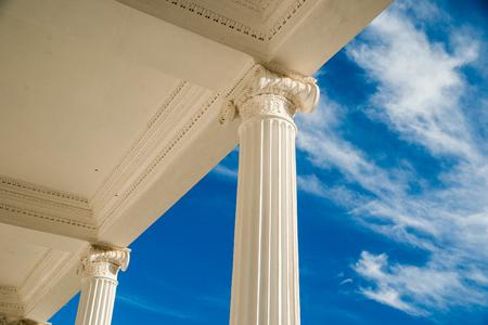 Columnas en el cielo azul Foto de archivo