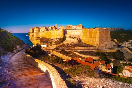 Blick auf die Altstadt von Bonifacio, erbaut auf Klippen, Korsika, Frankreich. Schöne Sonnenunterganglandschaft mit Altstadt Bonifacio.