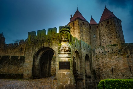 The entrance of the drawbridge in Cite Carcassonne with lady Carcass bust, Carcassonne France 版權商用圖片