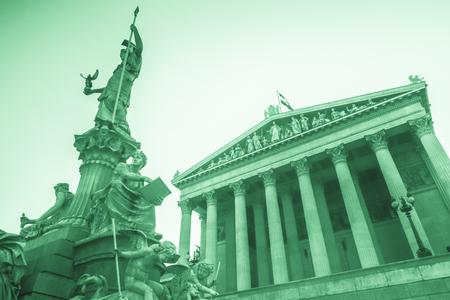 Edificio del parlamento austríaco con la estatua de Atenea en el frente en Viena, Austria. Hermosa imagen de viaje con luz del atardecer. Foto de archivo