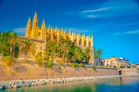 Cathédrale de Palma de Majorque, vue arrière de la route. Grande église gothique au bord de la mer. Belle photo de voyage en Espagne.