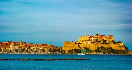 Blick auf die Zitadelle mit Häusern in der Bucht von Calvi, Korsika, Frankreich. Schönes Reisebild des berühmten Touristenziels.