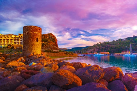 Frigiano tower in Castelsardo, Sardinia. Beautiful sunset in the old medieval town of Sardinia. Banque d'images - 122474302