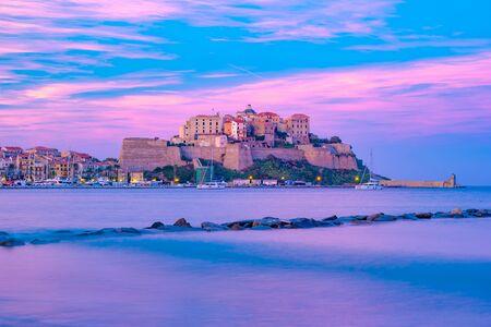 Blick auf bunte Häuser im Hafen von Calvi. Diese Stadt hat einen luxuriösen Yachthafen und ist ein sehr beliebtes Touristenziel. Korsika, Frankreich.