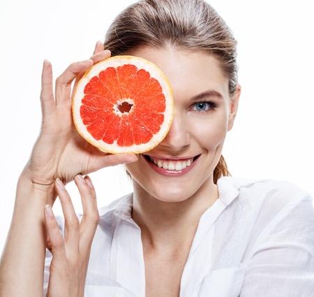 얼룩덜룩 한 오렌지 슬라이스 미소 갈색 머리 유럽 여자 - 흰색 배경에 고립