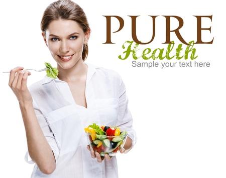 comidas saludables: Europeo Mujer vs ensalada de verduras - aislados en fondo blanco