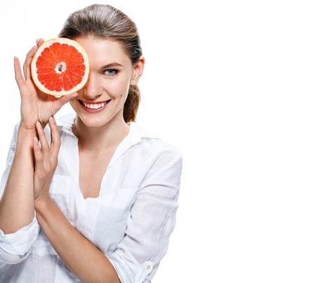 brunette Europese vrouw met oranje slice - geïsoleerd op witte achtergrond Stockfoto
