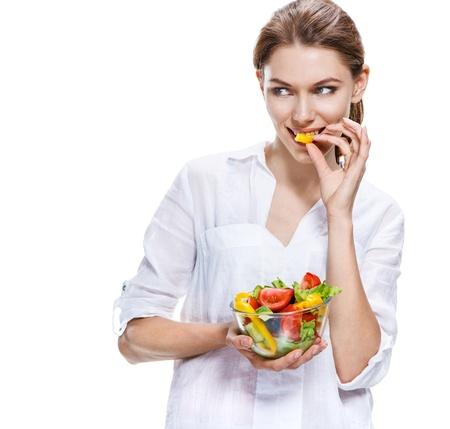 eten: vlekkeloze Europese vrouw rauwe groente salade - geïsoleerd op witte achtergrond