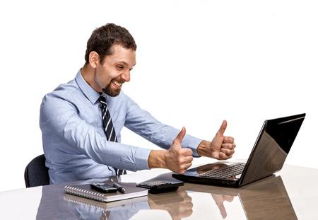 Jonge moderne zakenman enthousiast met zijn succes geven thumbs up op de laptop