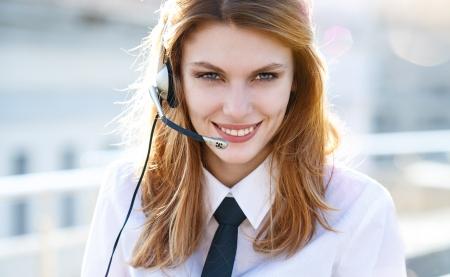 hands free: Busy call center agente habla manos libres