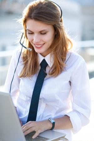 Operador de centro de llamadas activo Girl Foto de archivo