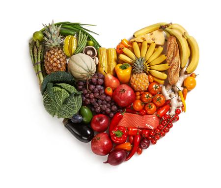 흰색 배경에 - 심장 기호 - 다른 과일과 야채로 만든 심장의 스튜디오 촬영 스톡 콘텐츠