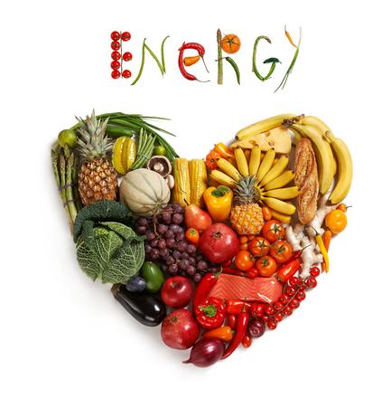 canasta de frutas: La elecci�n de alimentos Energ�a - estudio de fotograf�a de coraz�n a partir de diferentes frutas y vegetales - sobre fondo blanco Foto de archivo