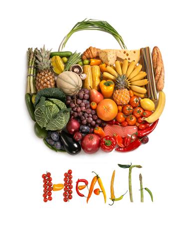 alimentacion sana: Bolso de la comida sana - s�mbolo de la comida sana representada por los alimentos en la forma de un coraz�n para mostrar el concepto de salud de comer bien con frutas y verduras