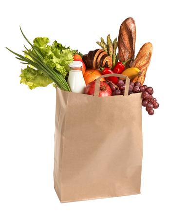 bolsa de pan: Los alimentos saludables para comprar - estudio de fotograf�a de bolsa de la compra de color marr�n con frutas, verduras, pan, bebidas embotellados - aislados sobre fondo blanco