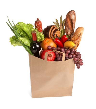 bolsa de pan: Bolsa de Consumidores - estudio de fotografía de bolsa de la compra de color marrón con frutas, verduras, pan, bebidas embotellados - aislados sobre fondo blanco