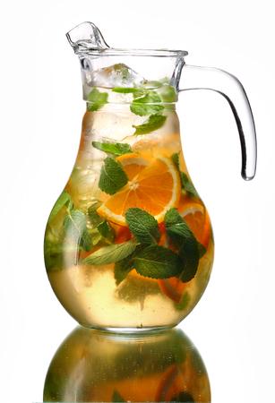 Karafka z orzeźwiającego drinka - fotografii studyjnej napojów samodzielnie na białym tle z refleksji