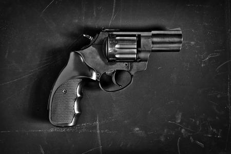 delincuencia: arma de fuego sobre fondo negro Foto de archivo