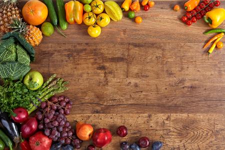 frutas: diferentes frutas y verduras en la mesa de madera vieja