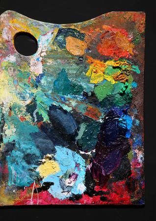 Palette de peinture - photographie de la peinture ustensiles de studio sur fond noir Banque d'images - 25955492