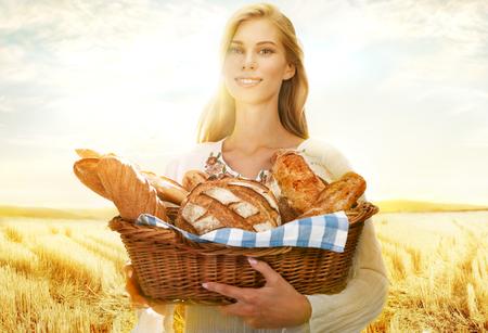 canasta de pan: Mujer Viable con pan y bollos Foto de archivo