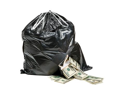 mucho dinero: La basura es dinero - estudio de fotografía de una bolsa de plástico negro con billetes de cien dólares en un fondo blanco