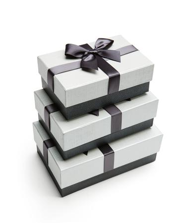 ruban noir: boîtes d'emballage de cadeaux - photographie de studio de ruban boîte emballage noir et blanc avec bowknot - sur fond blanc