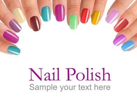 Vingers met kleurrijke nagellak - fotografie van mooie vrouwelijke vingers met manicure - geïsoleerd op witte achtergrond met voorbeeldtekst Stockfoto