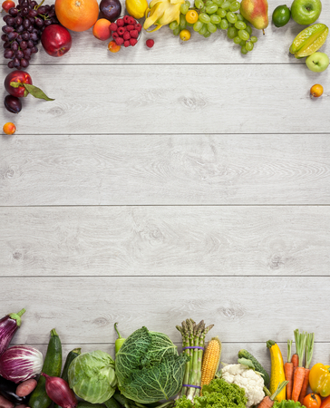 건강한 먹는 배경 - 나무 테이블에 다른 과일과 채소의 스튜디오 사진