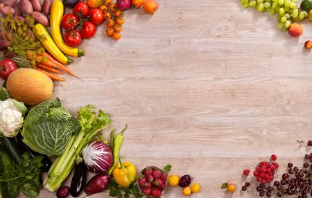 スーパー フード背景 - 木製のテーブルでさまざまな果物や野菜のスタジオ撮影