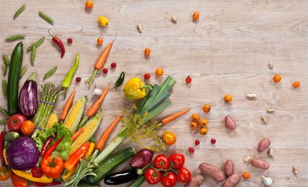 mat: Hälsosam mat bakgrund - studiofotografering av olika frukter och grönsaker på träbord