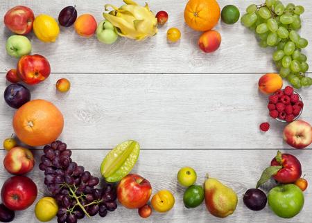 건강에 좋은 음식 배경 - 나무 테이블에 다른 과일과 야채의 스튜디오 촬영