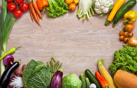 l�gumes vert: Manger sain fond - la photographie de studio de diff�rents fruits et l�gumes sur la table en bois Banque d'images