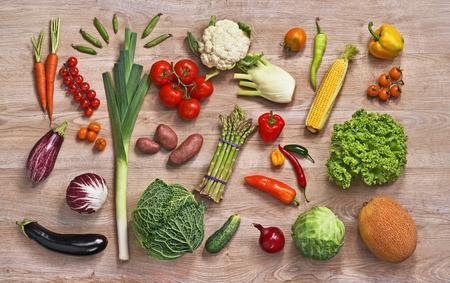verduras verdes: Saludable comida de fondo - la fotograf�a de estudio de diferentes frutas y verduras en la mesa de madera Foto de archivo