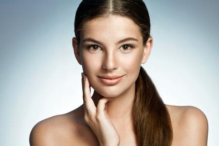十代の少女の長い陽気を楽しんでいる茶色の髪と皮膚 - 青の背景に素晴らしいラティーナの女の子の写真植字をきれい美しいの美女性の肖像画
