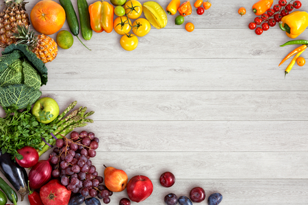 Sfondo di mangiare sano - fotografia di studio di diversi tipi di frutta e verdura sul tavolo di legno Archivio Fotografico - 33709955