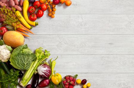 frutas: estudio fotográfico de diferentes frutas y verduras en la mesa de madera
