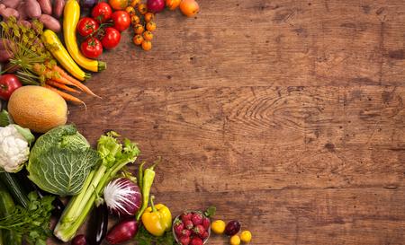 Gezond voedsel achtergrond - studio foto van verschillende vruchten en groenten op oude houten tafel