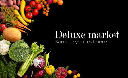 デラックス市場 - 黒の背景でさまざまな果物や野菜のスタジオの写真