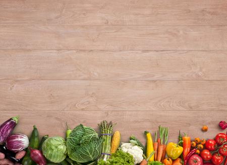Fond de la nourriture saine - studio de photographie de différents fruits et légumes sur la table en bois Banque d'images - 33710048