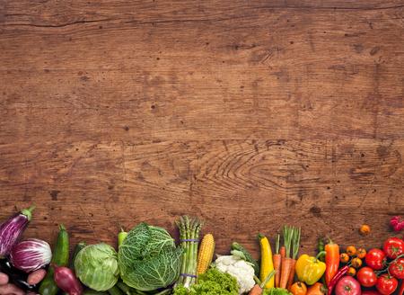 食べ物: 健康食品背景 - 古い木製のテーブルで別の果物と野菜のスタジオ撮影