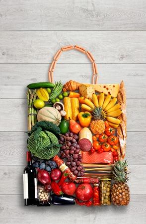 나무 테이블에 다른 과일과 야채에서 만든 핸드백의 음식 사진