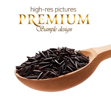 Arroz negro en una cuchara de madera - cereales en cucharas de madera aislada en el fondo blanco con el lugar para el texto Foto de archivo - 34612549