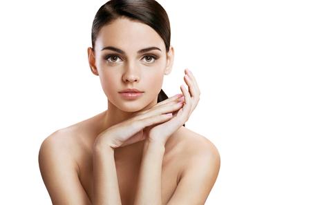 limpieza de cutis: Mujer joven encantadora con maquillaje perfecto, concepto de cuidado de la piel
