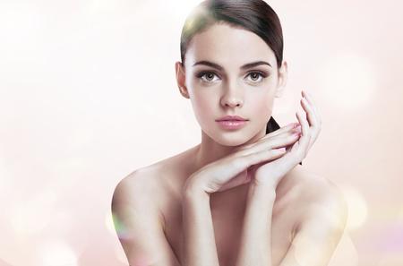 Hembra joven encantadora con maquillaje perfecto, concepto de cuidado de la piel