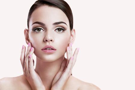 mooie brunette: Schoonheid gezicht van mooie vrouw met schone huid