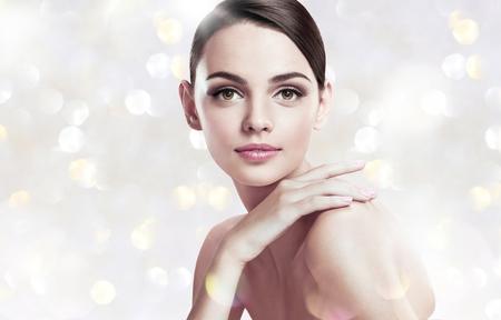Mooie jonge vrouw met make-up gezicht Stockfoto