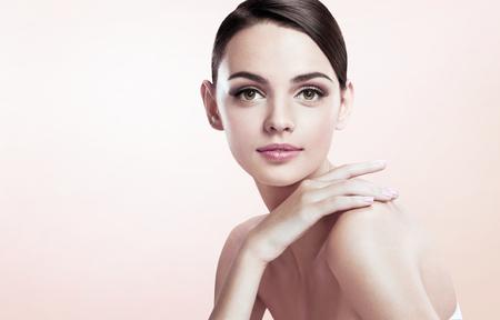 face: Belle jeune femme avec maquillage visage