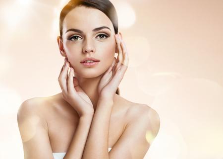 masaje facial: set de fotos de la atractiva chica morena en el fondo borroso con el bokeh