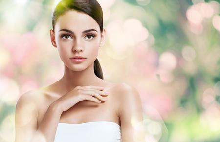 tratamientos faciales: set de fotos de la atractiva chica morena en el fondo borroso con el bokeh